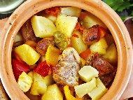 Гювеч със свинско месо от плешка, картофи, лук, печени чушки, домати и бяло вино